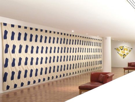 Claude Viallat, 1968/005, 1968, bleu de méthylène sur toile libre, 230 X 1420 cm