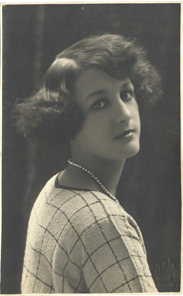 Potographie : Le modèle Henriette Darricarrère, place Charles-Félix