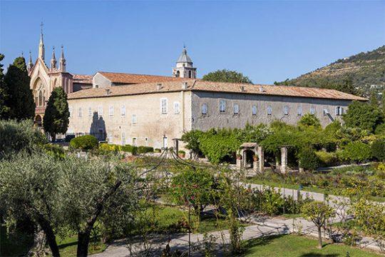 Monastère de Cimiez avec son jardin au premier plan