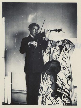 Pierre Matisse jouant du violon, 1916