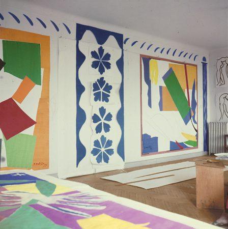 L'atelier au Régina, Nice vers 1953 avec Danseuse créole (à plat), L'Escargot et Souvenir d'Océanie au mur