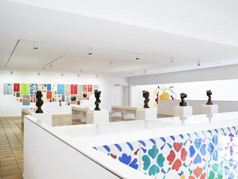 """Vue de l'exposition """"Frédérique Lucien, corps et décors"""", accrochage """"piano Feuillers"""", """"Petits Feuillers"""" et """"Retombées"""" (2015-2018), acrylique sur papier, découpage, dimensions variables"""