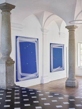 Vue de l'exposition : Noël Dolla, Plis & Replis « Suite Bleue », 19 août 2017, 240 X 190 cm, Plis & Replis « Suite Bleue », 20 décembre 2017, acrylique et tarlatane sur toile