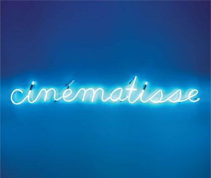 Néon lumineux bleu écrivant : Cinématisse