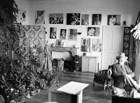 Photographie en noir et blanc avec Henri Matisse au Régina, assis sur un fauteuil