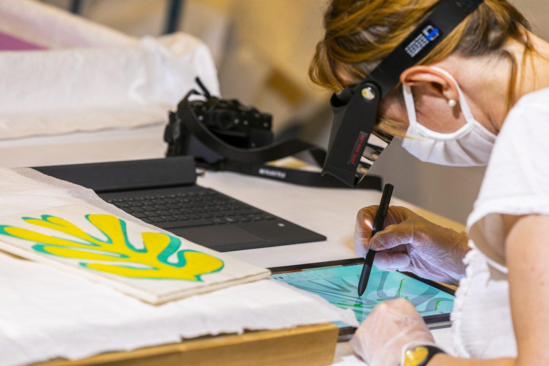 Agent en train d'oeuvrer à la onservation d'une oeuvre de Matisse