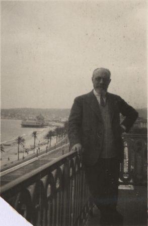 Henri Matisse sur le balcon de son appartement place Charles-Félix, Nice, années 1920