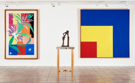"Vue d'exposition ""Les Murs reculent"" : Ellsworth Kelly, Red, Yellow, Blue, 1963"